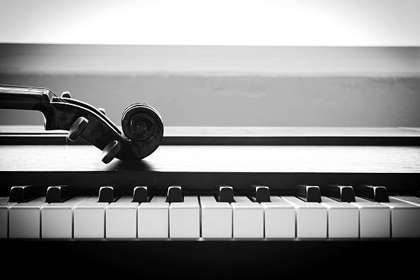 Violin on piano. Black and White color tone. - foto stock