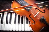 バイオリンをピアノキーボードます。