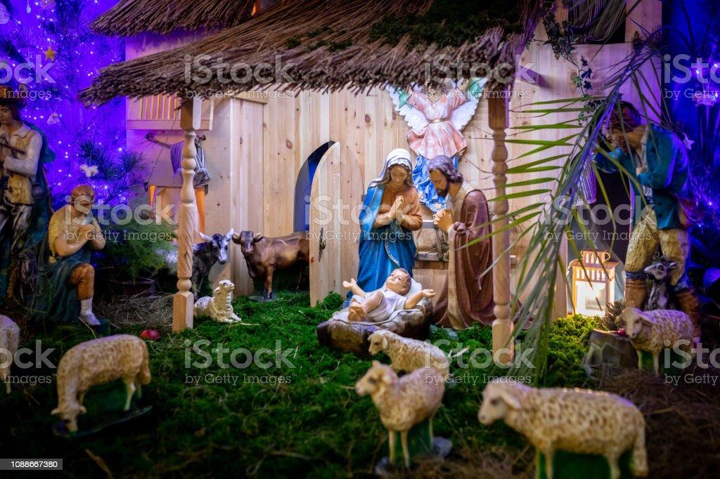 Virgen Maria Dio A Luz A Jesus Y Se Encuentra En El Pesebre Navidad Foto De Stock Y Mas Banco De Imagenes De Adulto Istock