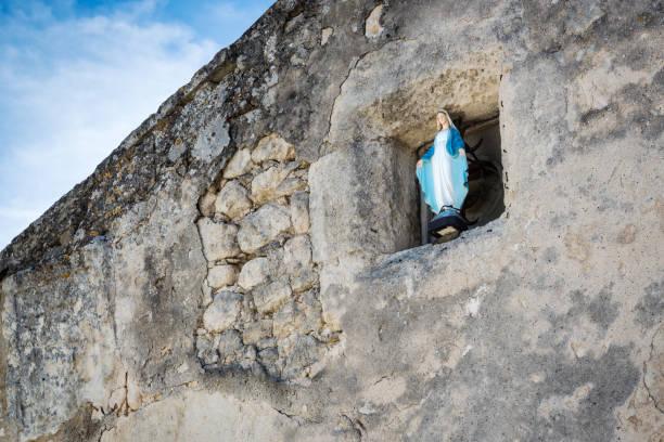 virgin mary statue - ferragosto foto e immagini stock