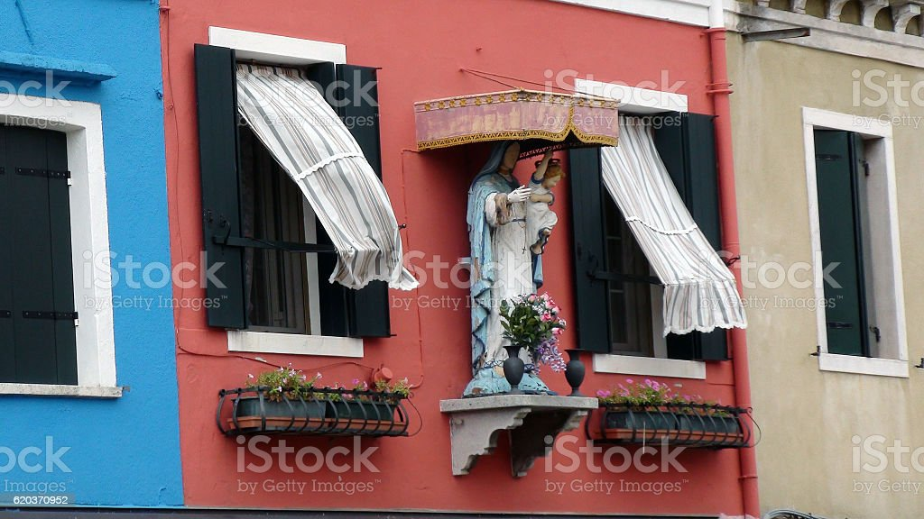Virgin Mary,Child Statue Close To Residential Building Window foto de stock royalty-free