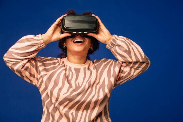 virtual adventure - vr red background imagens e fotografias de stock