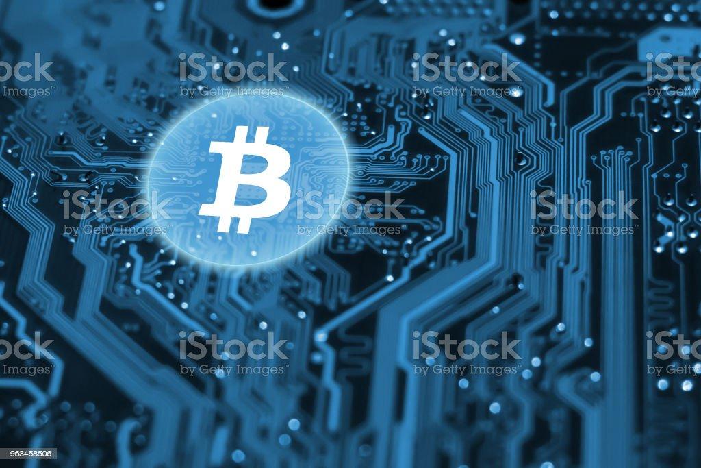 Virtual bitcoin en circuito integrado - Foto de stock de Actividades bancarias libre de derechos