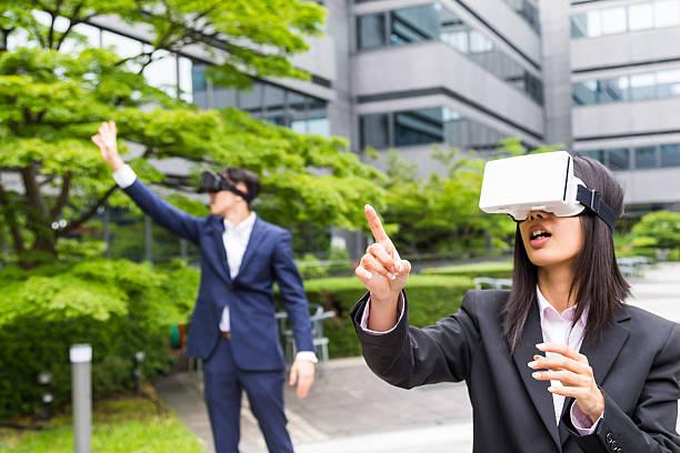 Console de realidade Virtual demonstração de Executivos corporativos - foto de acervo