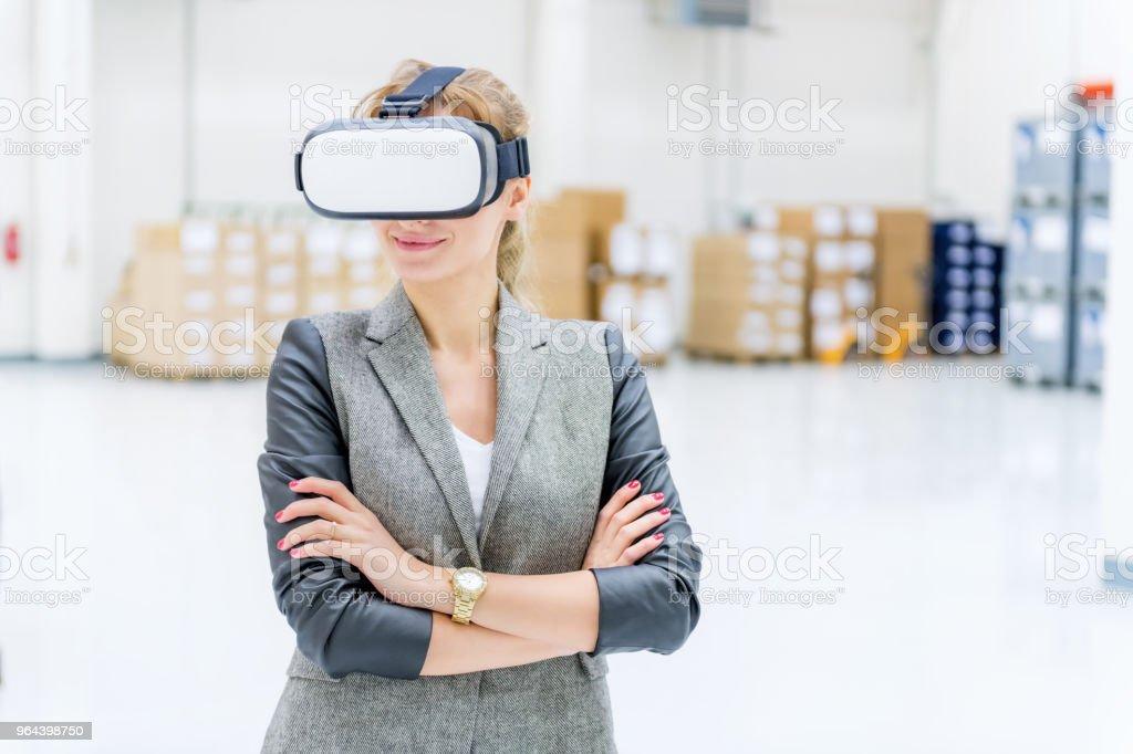 Realidade virtual & entrega no armazém - Foto de stock de 25-30 Anos royalty-free