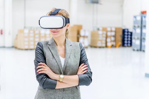 Foto de Realidade Virtual Entrega No Armazém e mais fotos de stock de 25-30 Anos