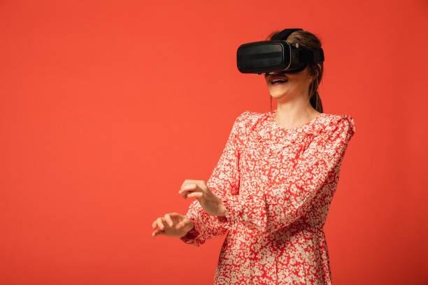 virtual reality surprise - vr red background imagens e fotografias de stock