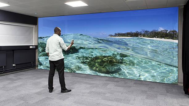 virtuelle reality wand - sponsorenwand stock-fotos und bilder
