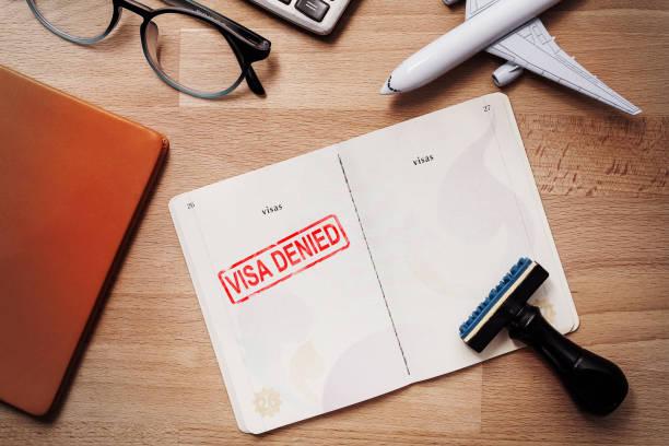 Visa y pasaporte con sello de denegados en la vista superior de un documento de inmigración. concepto de estampilla y Turismo de inmigración viaje - foto de stock