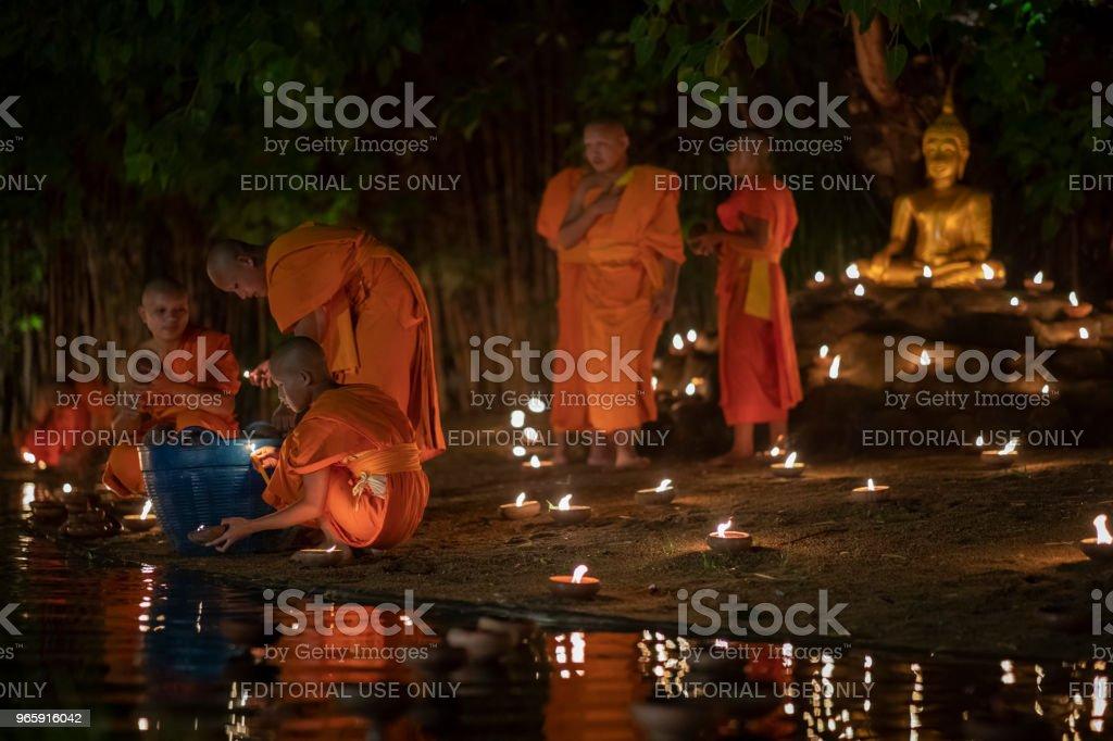 Visakha Puja dag, boeddhistische monnik brand kaarsen aan de Boeddha - Royalty-free Afbeelding Stockfoto