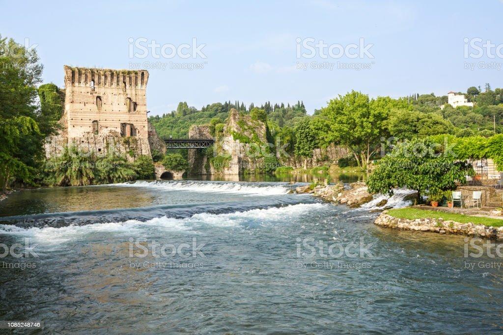 Visconti bridge of Valeggio sul Mincio at Borghetto with reflections in Mincio river, Italy - foto stock