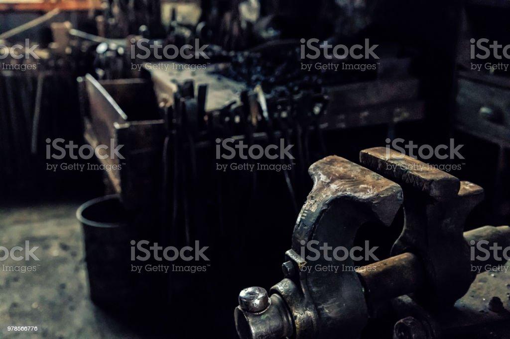 Tornillo en el taller de un viejo Herrero - foto de stock