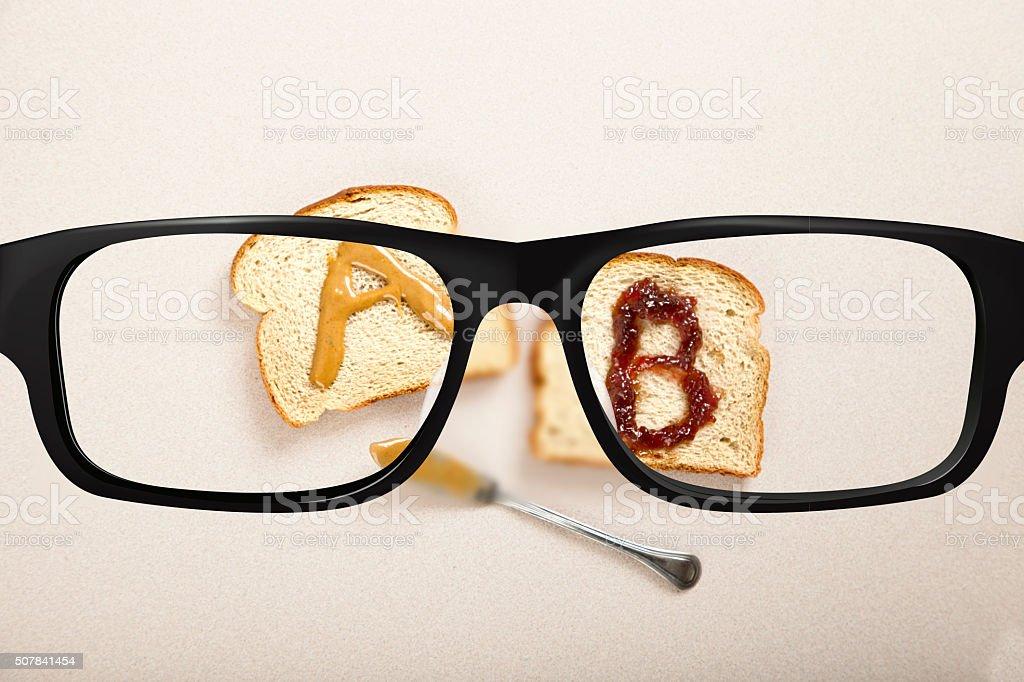 Visión AB prueba con un sándwich - foto de stock