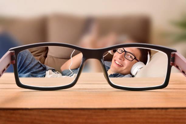 Concepto de visión con adolescente con gafas divertidas mentira - foto de stock
