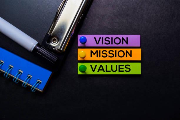 texto visión, misión, valores sobre notas adhesivas aisladas en escritorio negro. concepto de estrategia de mecanismo - misión fotografías e imágenes de stock