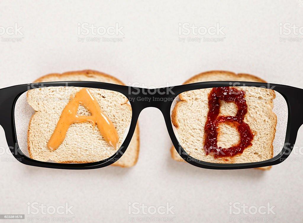 AB vision test with a sandwich - foto de stock