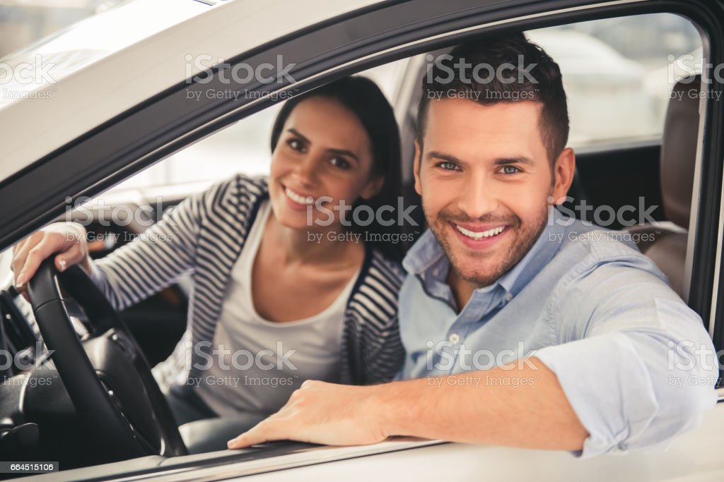 Visiting car dealership - foto de stock