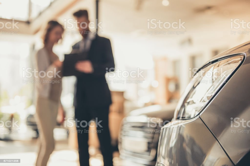 Visiting car dealership - foto stock