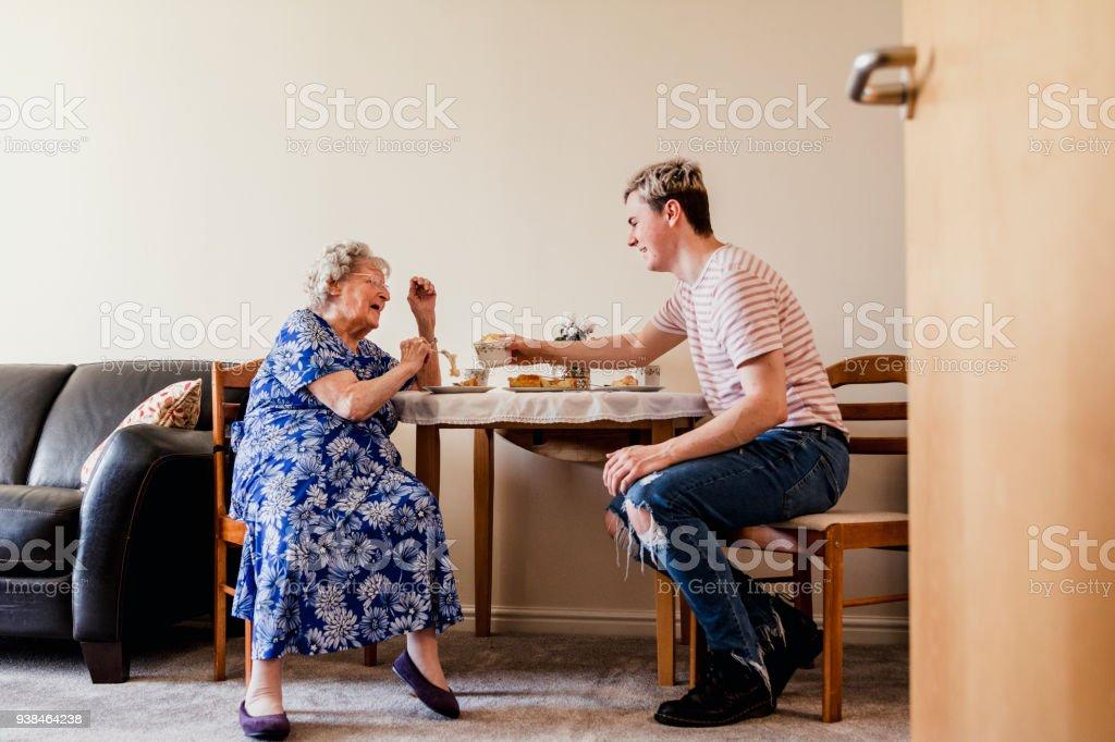 Besuch seiner älteren Relative – Foto