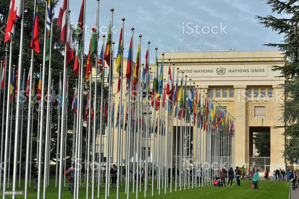 Besuch von Menschen unter den multinationalen Flagge – Foto