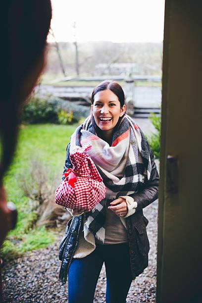 visitatori che arrivano con un regalo - vicino foto e immagini stock