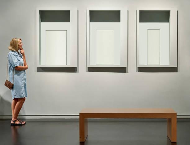visitante buscando imágenes en el museo de la galería de arte - foto de stock