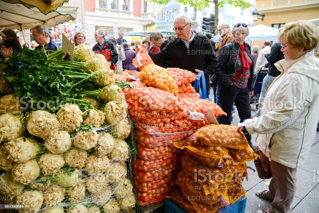 Visitantes no mercado do fazendeiro em Weimar, Alemanha - Foto de stock de Adulto royalty-free