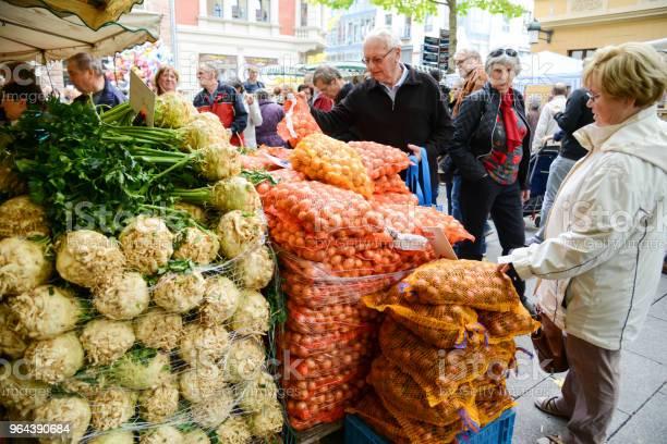 Foto de Visitantes No Mercado Do Fazendeiro Em Weimar Alemanha e mais fotos de stock de Adulto