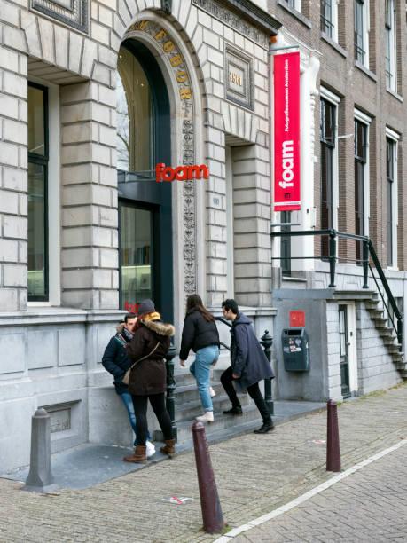 bezoekers voer fotografie museum foam aan de keizersgracht in oude centrum van de nederlandse hoofdstad amsterdam in de winter - keizersgracht stockfoto's en -beelden