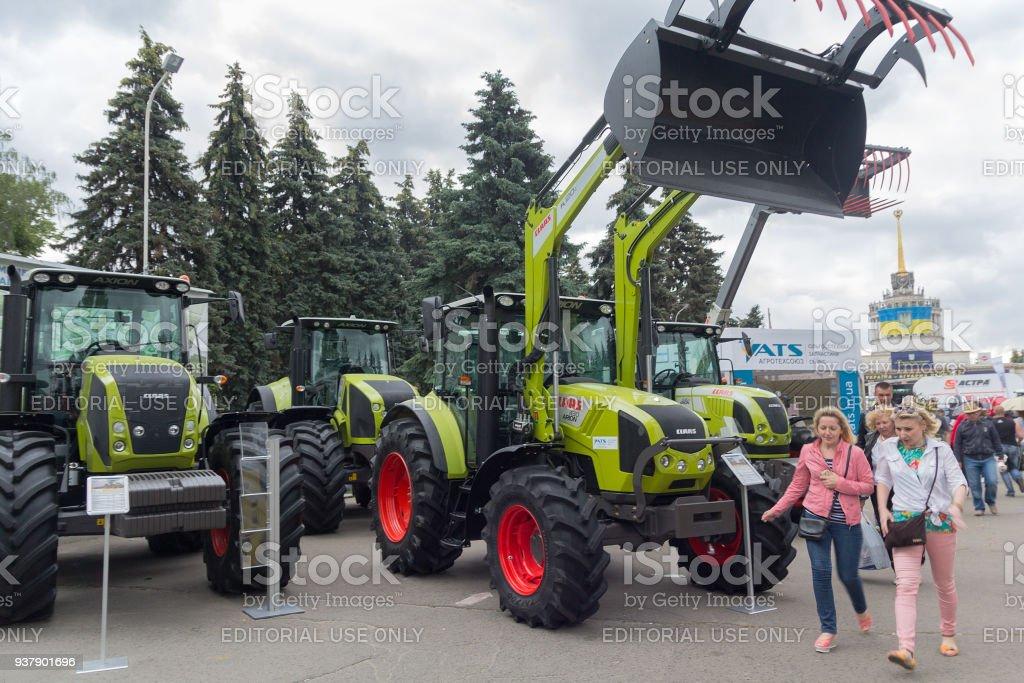Visitantes de perto a exposição agro-industrial internacional de exposições