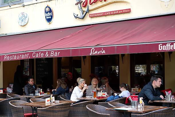 besucher des restaurant - restaurant köln stock-fotos und bilder