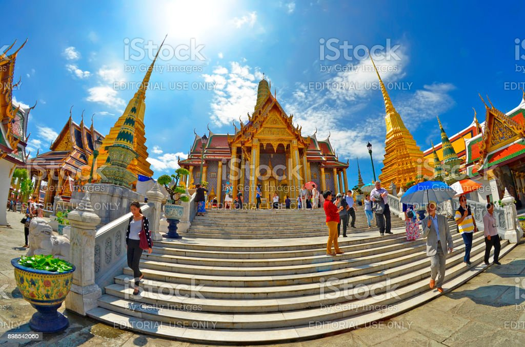 Bezoekers op de parvis en op de trappen van de Prasat Phra Thep Bidon op de Wat Phra Kaeo van Bangkok foto