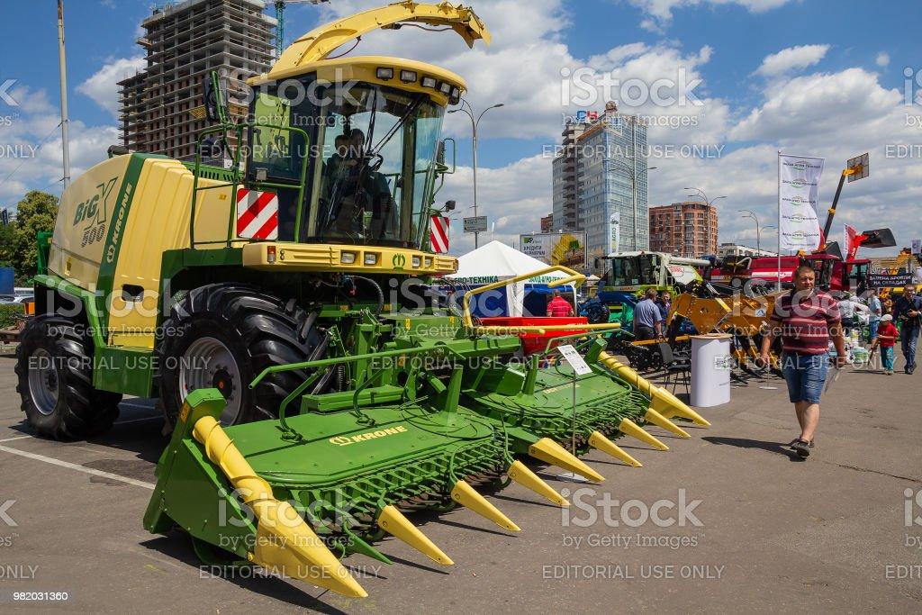Visitantes para ver amostras de máquinas agrícolas para a exposição Agro-2018 - foto de acervo