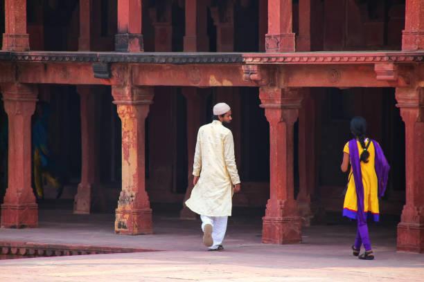 besucher, die zu fuß in fatehpur sikri komplex in uttar pradesh, indien - hofkleider stock-fotos und bilder