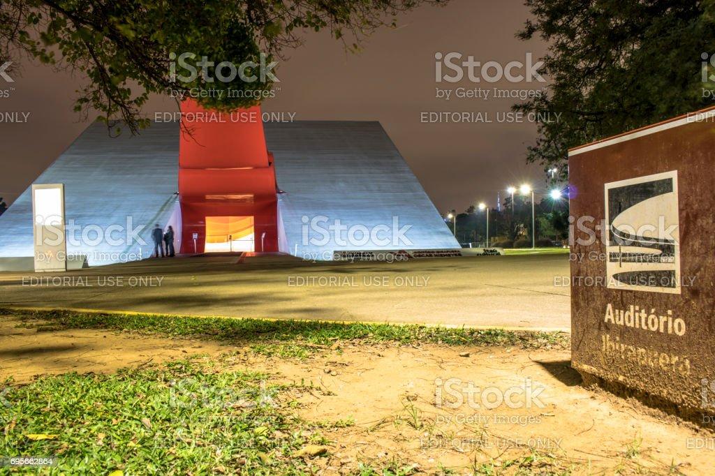 Vista noturna da fachada do Auditório Ibirapuera, projetado por Oscar Niemeyer e inaugurado em 2005, no Parque do Ibirapuera, zona sul de São Paulo, SP. 'u2013 FOTO: ALF RIBEIRO stock photo