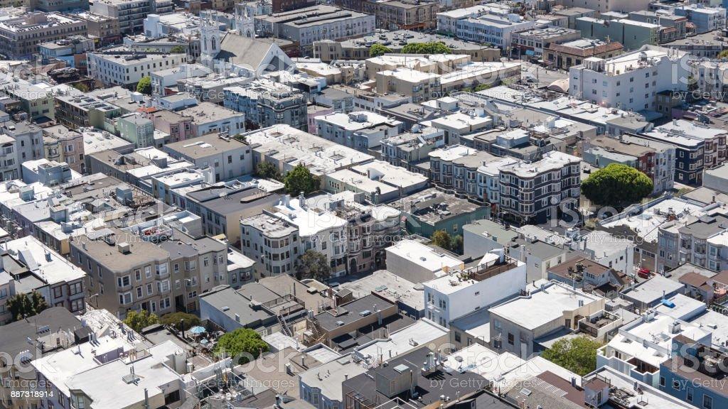 Vistas sobre los tejados de juguetes, casas y calles, vista aérea del barrio elegante de Coit Tower, San Francisco, California - foto de stock