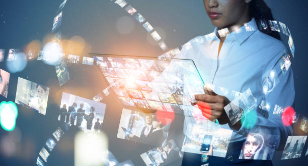 konzept der visuellen inhalte. social-networking-dienst. streaming-video. kommunikationsnetz. - tablet mit displayinhalt stock-fotos und bilder