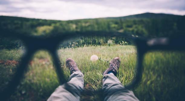 visual impairment - desfocado focagem imagens e fotografias de stock