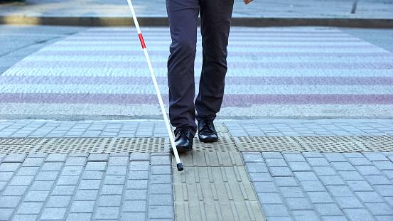 Sehbehinderter Mann Mit Taktilen Fliesen Um Stadt Zu Navigieren Die Kreuzung Zu Beenden Stockfoto und mehr Bilder von Andersfähigkeiten