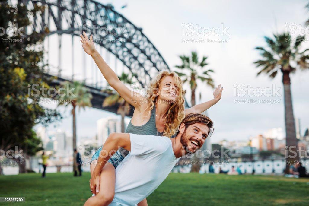 Entscheidende paar Umarmungen und Liebe im Park zum Valentinstag – Foto