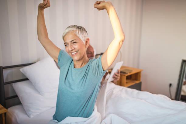 vital senior couple waking up in the morning - poprawna postawa zdjęcia i obrazy z banku zdjęć