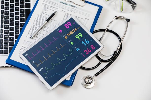 monitor de sinais vitais em tablet PC, o conceito de tecnologia médica - foto de acervo