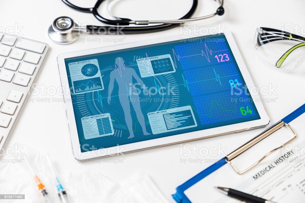 vitala tecken monitor i tablet PC, medicinteknik koncept bildbanksfoto