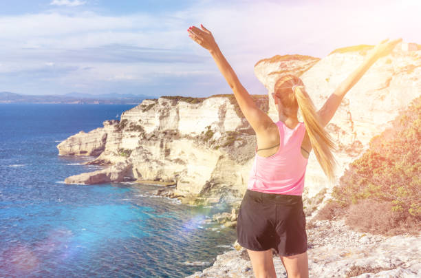 vitalité au-dessus de la mer & les falaises de bonifacio - randonnée corse photos et images de collection