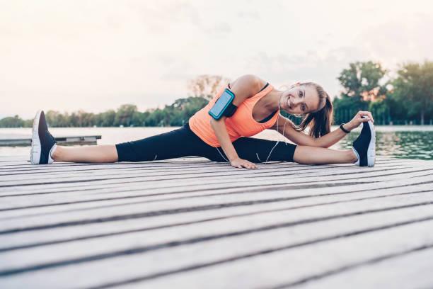 vitalität und flexibilität - armband water stock-fotos und bilder