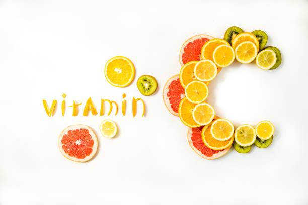 vitamine c brieven gemaakt van citrusvruchten - vitamine c stockfoto's en -beelden