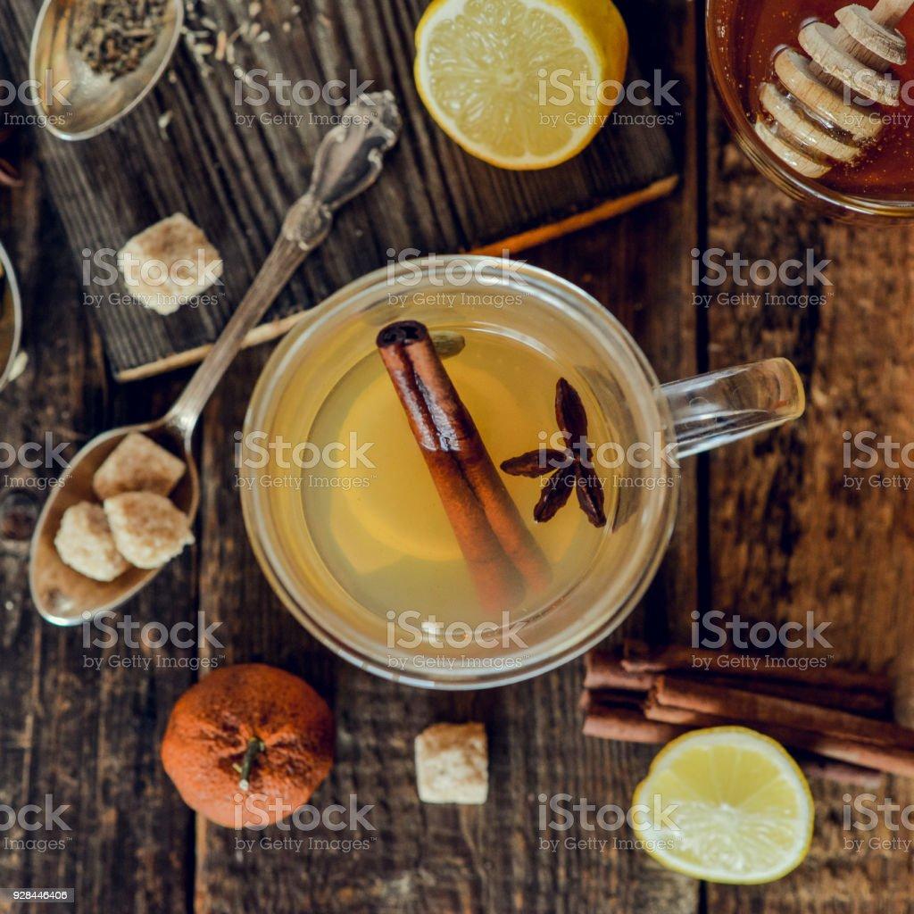 ビタミン レモンと蜂蜜、生姜、素朴なスタイルの木製の背景にスパイスと紅茶の癒し。春の脚気と風邪のコンセプトです。正方形の画像です。 ストックフォト