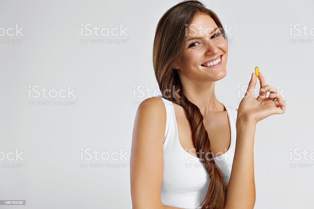 Vitamine. Gesundes Essen. Glückliche Mädchen mit Omega - 3 Fischöl-Caps – Foto