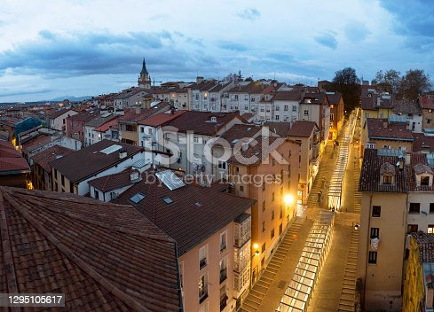 Vista aérea del Casco Viejo de Vitoria-Gasteiz, Green Capital europea 2012, ciudad de la provincia de Álava y capital de la Comunidad Autónoma del País Vasco, en el norte de España, nombrada como uno de los 25 mejores destinos internacionales turísticos del 2021.