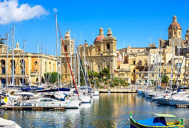 Puerto de St. Lawrence Vittoriosa con la iglesia. Malta - foto de stock